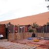 Сахара - берберски лагер и хора, които катерят дюната заради залеза